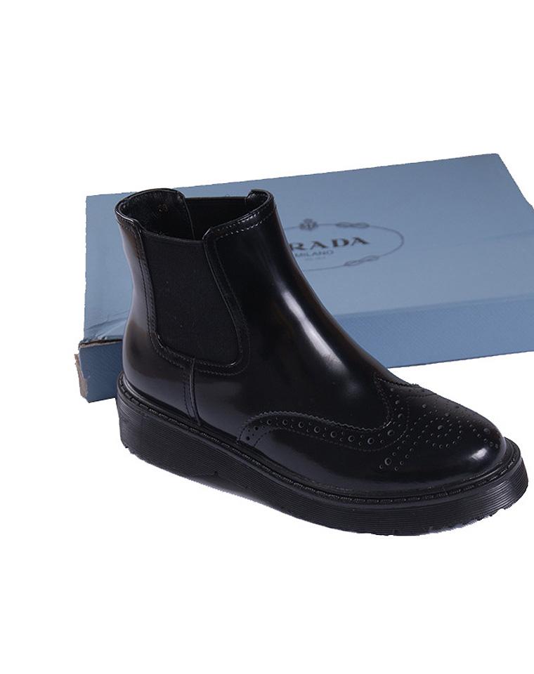 夯货牛品  特殊渠道 仅438元 美国轻奢Prada 普拉达  秋冬最新款 里外纯皮   设计感低帮  平底小靴