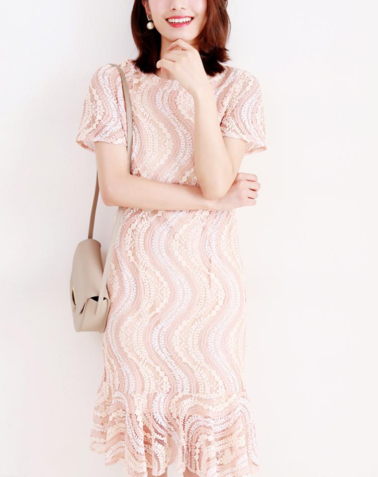 氧气女神范儿 仅225元  柔和香槟粉调波浪花型鱼尾下摆短袖蕾丝连衣裙