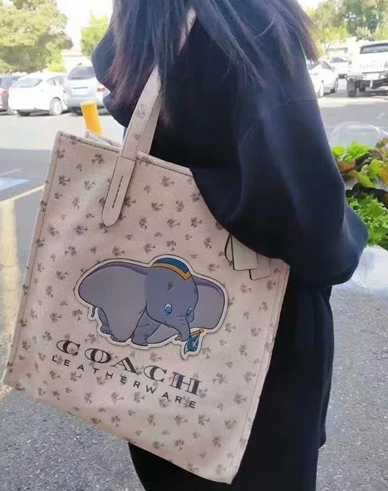 一包难求   仅168元  Coach与Disney 合作款 小飞象托特包