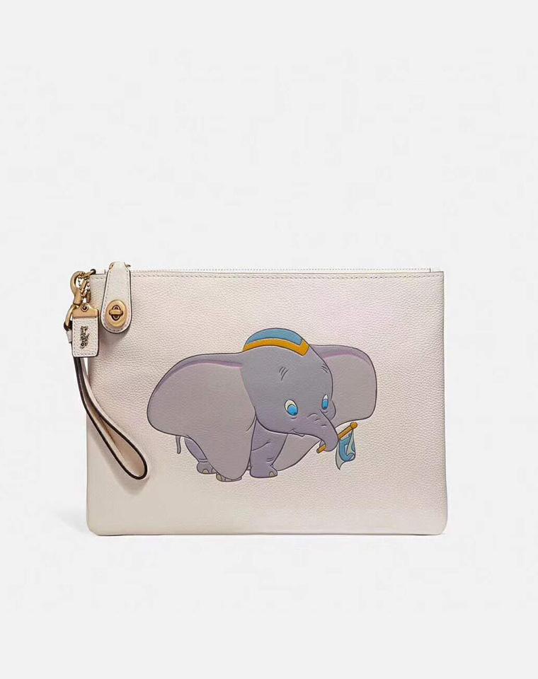 手包也要减龄哦!!仅165元  Coach  Disney 合作款 小飞象旋锁手拿包  包中包