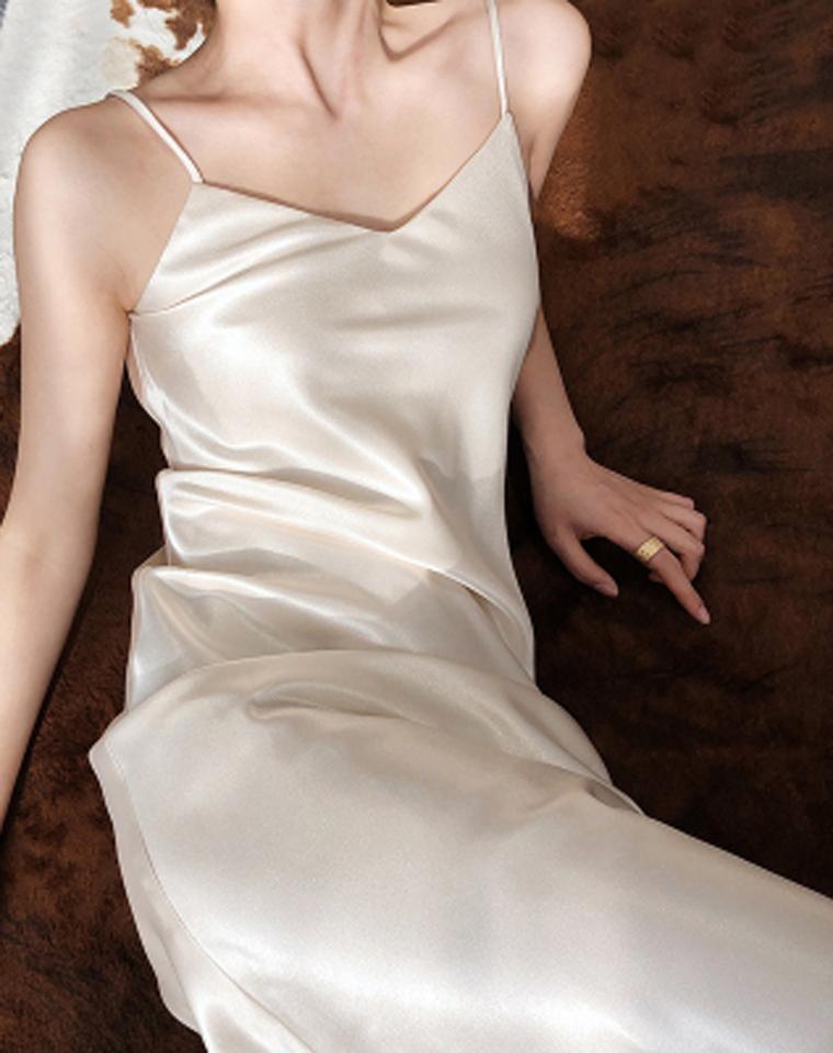 气质担当 可搭万物  仅79元三醋酸缎面   V领吊带裙连衣裙  夏季丝质小黑裙 性感长款内搭打底长裙 春秋